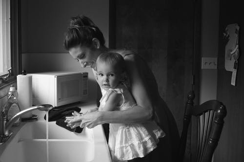 mother chlld washing hands